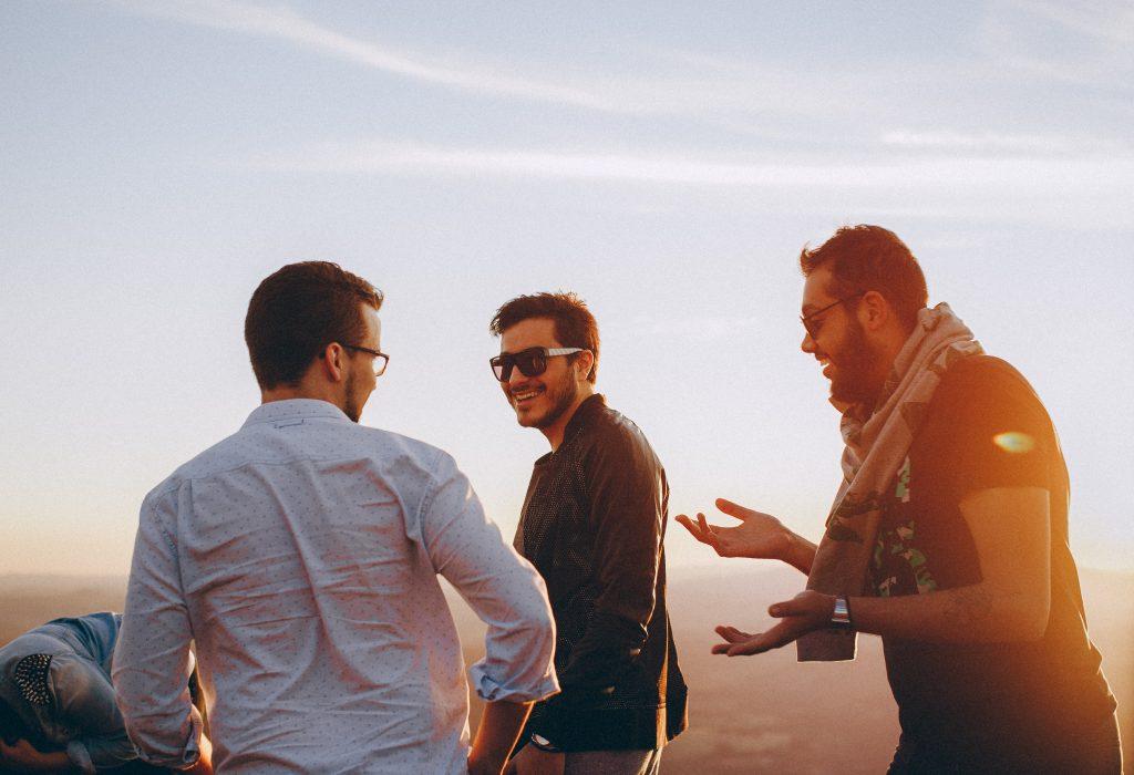 Abendstimmung drei Männer lässige Kleidung